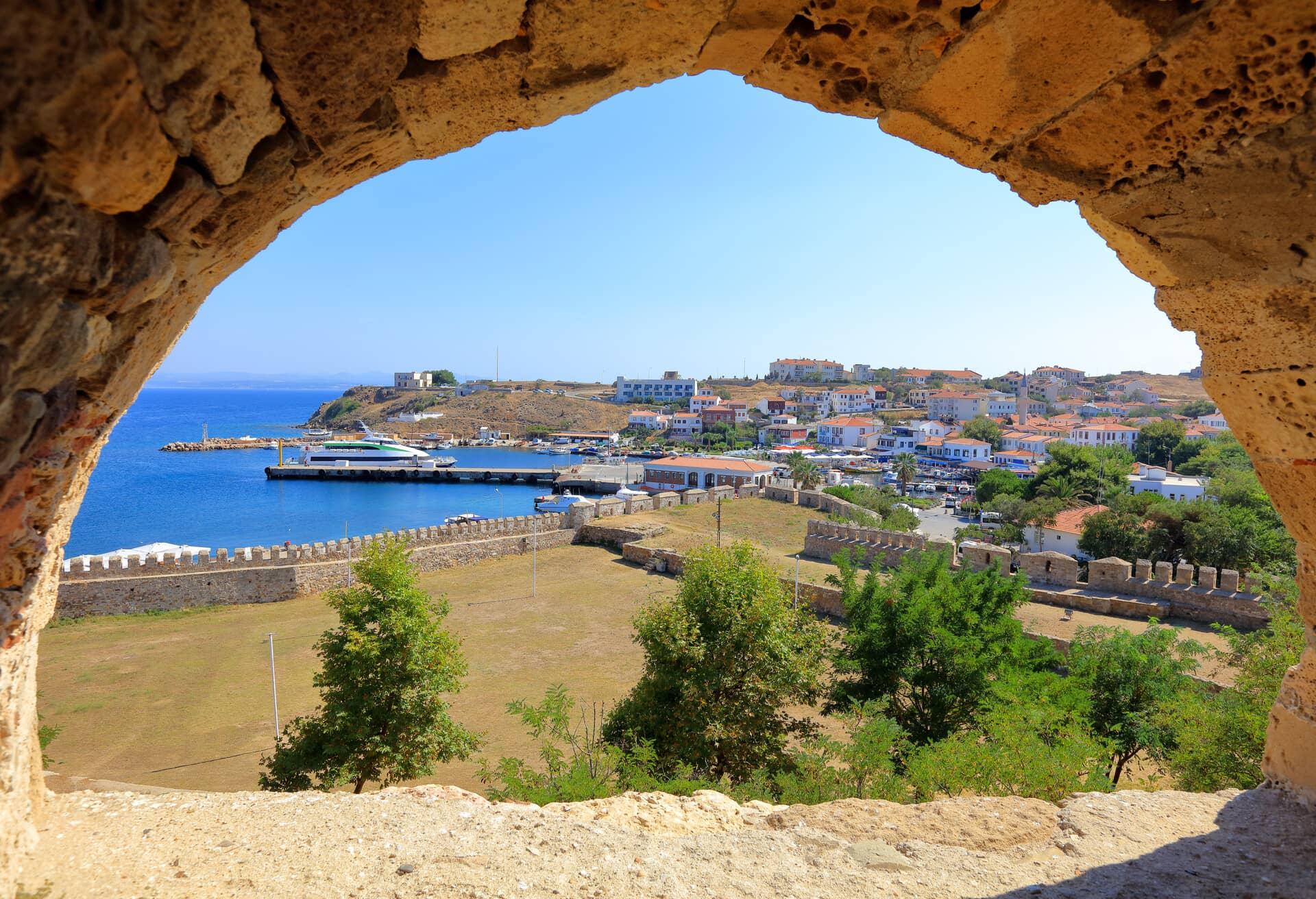 Vistas desde el castillo de Ténedos, en la isla de Bozcaasa, Turquía.