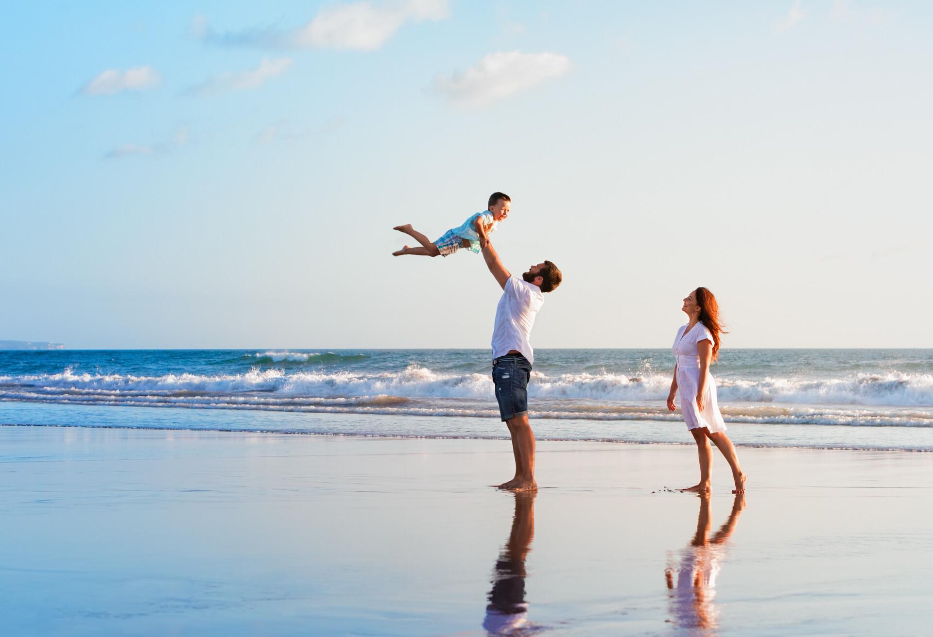 Familia joven disfrutando de sus vacaciones en una isla.