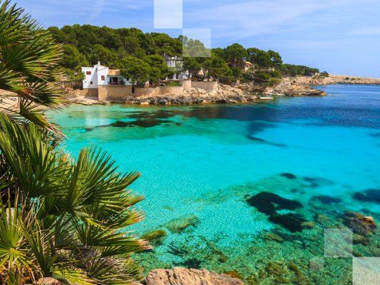 Una pequeña playa en España llamada Cala Gat.
