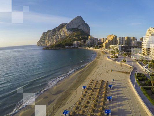 Una de las mejores playas de España está junto al peñón del Ifach