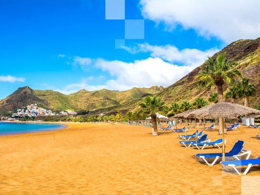 La colorida Playa de las Teresitas.