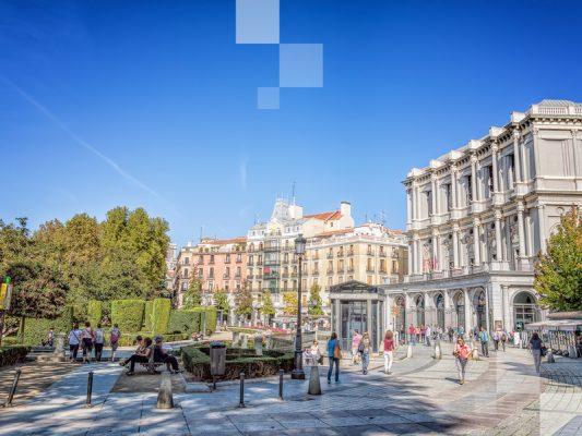 Al fondo, el Teatro Real y la Opera de Madrid. Una plaza muy bonita.